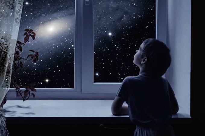 wizard estreito - believe - Menino olha para céu estrelado pela janela